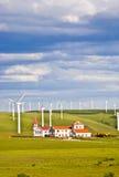 Moinho de vento e casa na pastagem fotos de stock royalty free