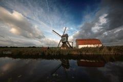 Moinho de vento e celeiro fotos de stock