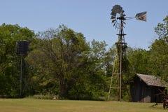 Moinho de vento e celeiro velhos Foto de Stock