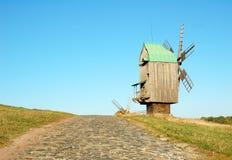 Moinho de vento e estrada velhos da pedra Imagens de Stock Royalty Free