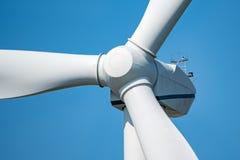 Moinho de vento e o céu azul Fotos de Stock