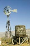 Moinho de vento e tanque de água foto de stock royalty free