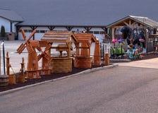 Moinho de vento e wishingwell de madeira de Amish fotos de stock royalty free