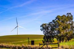 Moinho de vento eficiente da energia no campo aberto Fotos de Stock