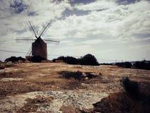 Moinho de vento em Formentera, com campo seco fotografia de stock