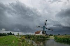 Moinho de vento em Hazerswoude, Holanda sob o céu tormentoso imagens de stock