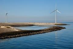 Moinho de vento em um dique imagem de stock royalty free