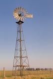 Moinho de vento em uma exploração agrícola Imagens de Stock