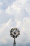 Moinho de vento entre a nuvem imagem de stock