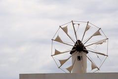 Moinho de vento esfarrapado em Santorini Greece Foto de Stock