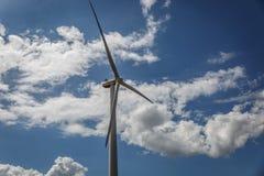 Moinho de vento grande em um dia ensolarado Fotografia de Stock