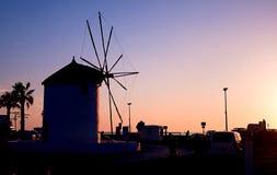 Moinho de vento grego tradicional pelo mar no crepúsculo Foto de Stock Royalty Free