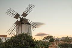 Moinho de vento histórico e típico em Fuerteventura, Espanha imagem de stock