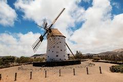 Moinho de vento histórico em Cotillo, Fuerteventura, Ilhas Canárias fotografia de stock royalty free