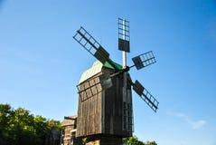 Moinho de vento histórico ucraniano tradicional no museu da arquitetura nacional ucraniana na vila de Pirogovo Imagem de Stock