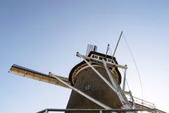 Moinho de vento holandês com o céu brilhante azul Imagem de Stock Royalty Free