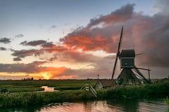 Moinho de vento holandês com um por do sol colorido foto de stock royalty free