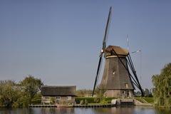 Moinho de vento holandês do tijolo de pedra em Kinderdijk, um herita do mundo do UNESCO Fotografia de Stock