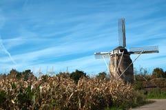 Moinho de vento holandês em cores do outono imagens de stock