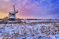 Moinho de vento holandês na neve de um inverno de holland foto de stock