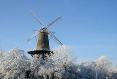 Moinho de vento holandês no inverno fotografia de stock