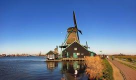 Moinho de vento holandês tradicional em Países Baixos Imagens de Stock