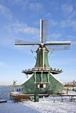 Moinho de vento holandês tradicional nos Países Baixos fotografia de stock
