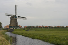 Moinho de vento holandês tradicional, perto de Volendam, Países Baixos Imagens de Stock Royalty Free