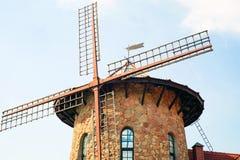 Moinho de vento holandês tradicional perto do canal netherlands imagens de stock