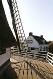 Moinho de vento holandês velho com casa do moleiro Fotografia de Stock