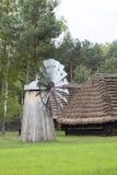 Moinho de vento holandês velho no museu ao ar livre, parque etnográfico, Kolbuszowa, Polônia fotos de stock royalty free