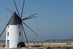 Moinho de vento Molino Calcetera San Pedro del Pinatar, Múrcia, Espanha fotos de stock royalty free