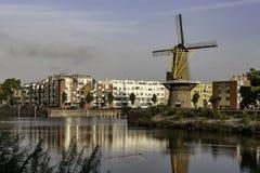 Moinho de vento na cidade de Rotterdam Países Baixos imagens de stock