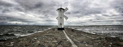 Moinho de vento na costa imagem de stock