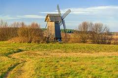 Moinho de vento na grama verde Foto de Stock