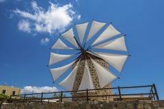Moinho de vento na ilha Grécia de Kos fotografia de stock