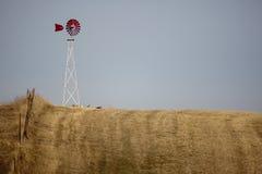 Moinho de vento na pradaria fotos de stock royalty free