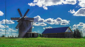 Moinho de vento nebuloso ensolarado do tempo do moinho de vento filme