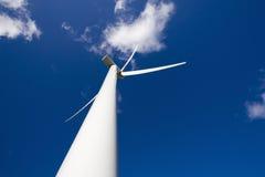 Moinho de vento no céu azul Fotografia de Stock