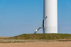 Moinho de vento no campo Imagens de Stock Royalty Free