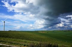 Moinho de vento no campo do Pas de Calais de Nord fotos de stock