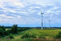 Moinho de vento no campo rural no por do sol Exploração agrícola das turbinas de vento Imagem de Stock Royalty Free