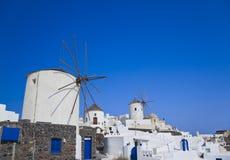 Moinho de vento no console de Santorini Fotografia de Stock Royalty Free