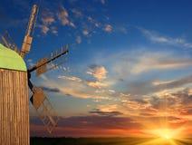 Moinho de vento no fundo do por do sol Fotografia de Stock