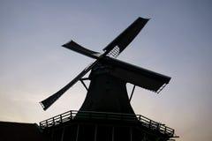 Moinho de vento no kinderdijk do campo imagens de stock