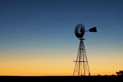 Moinho de vento no por do sol imagens de stock