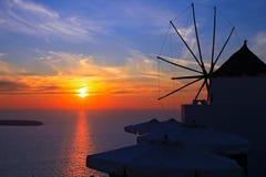 Moinho de vento no por do sol em Santorini, Greece Foto de Stock
