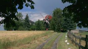 Moinho de vento no tempo nebuloso ensolarado vídeos de arquivo