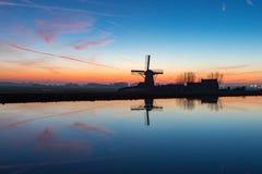 Moinho de vento o Adermolen no ringvaart em Abbenes Fotos de Stock Royalty Free