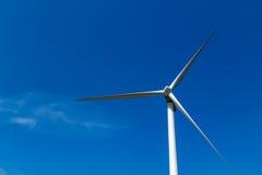 Moinho de vento para a eletricidade em um céu azul Fotografia de Stock Royalty Free